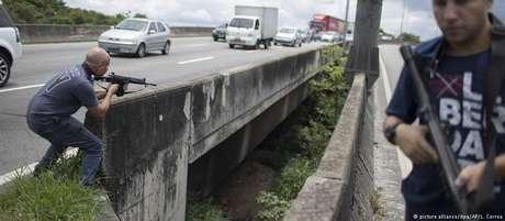 Tiroteio entre criminosos e policiais levou à interdição de uma das principais vias do Rio de Janeiro