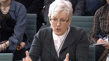 Carrie Gracie se emocionou ao falar no Parlamento