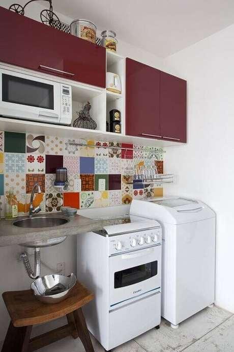 42. A cozinha decorada com azulejos coloridos pode ficar muito mais divertida