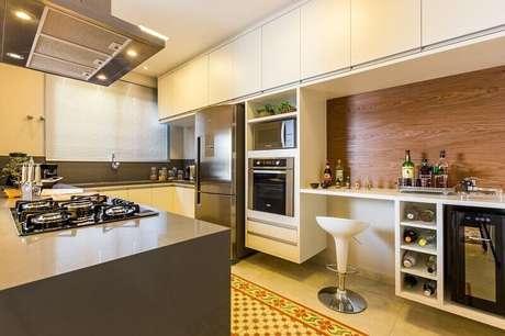 26. Quando se monta uma cozinha planejada é possível até encontrar espaço para uma adega