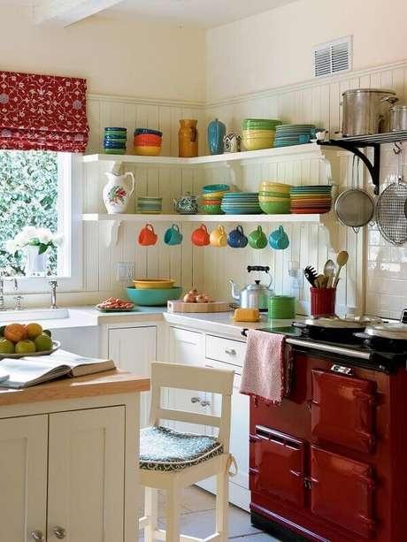 1. Você pode investir em objetos coloridos para trazer mais alegria a sua cozinha decorada