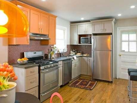 64. Você pode escolher apenas um móvel para adicionar mais cor e alegria na cozinha decorada