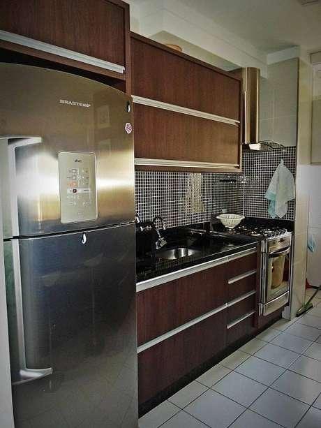 60. Cozinha decorada com gabinete escuro e pastilhas para cozinha