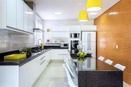 50. A pastilha para cozinha pode ser aplicada em apenas uma parede da cozinha decorada