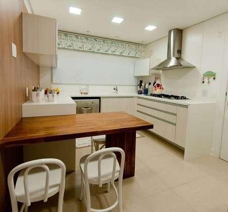 57. Decoração de cozinha pequena com mesa de madeira