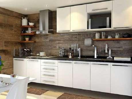 31. O painel de madeira trouxe charme a cozinha decorada em branco