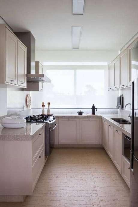 30. A cozinha decorada com grandes janelas oferece mais ventilação e iluminação ao ambiente