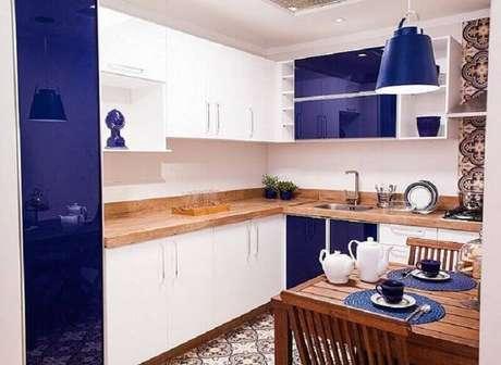 24. A mistura de cores e textura dos materiais na cozinha decorada deixou o ambiente muito bonito.