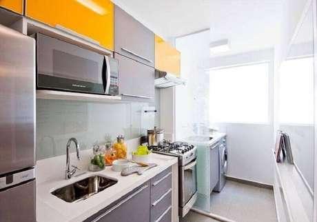 18. O toque de cor da decoração de cozinha pode estar apenas em alguns detalhes