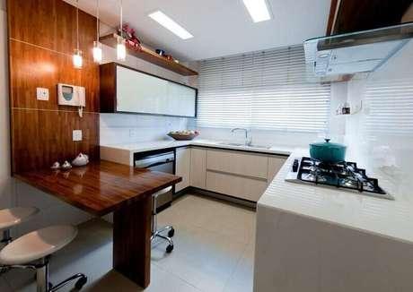 65. Decoração de cozinha planejada em madeira e com cores claras