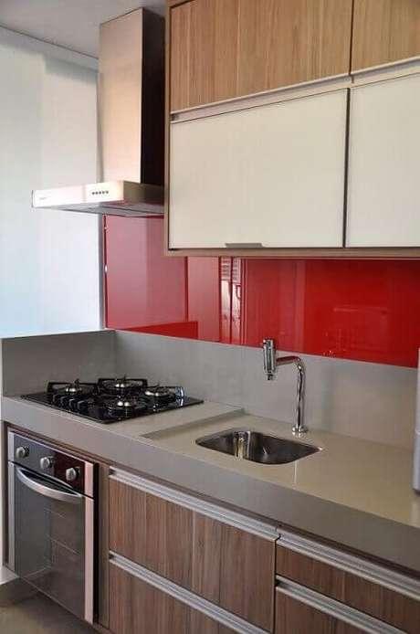 38. Cozinha pequena decorada de forma simples e moderna