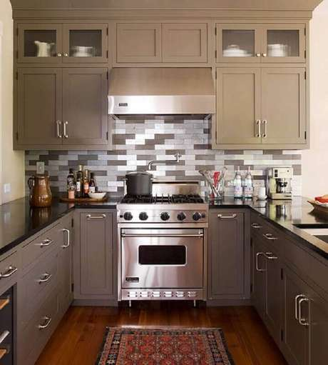 3. A cozinha decorada com armários de aço inox fica super moderna e requintada.