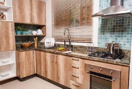 20. A decoração da cozinha espaçosa em madeira fica linda.