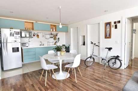 56. Decoração de cozinha bem espaçosa em tons de azul