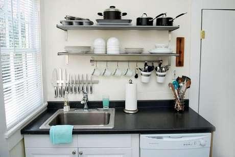40. Mais uma inspiração de cozinha pequena decorada com prateleiras