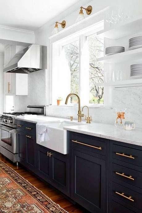 2. Decoração de cozinha requintada em tons de azul e branco com detalhes em dourado.