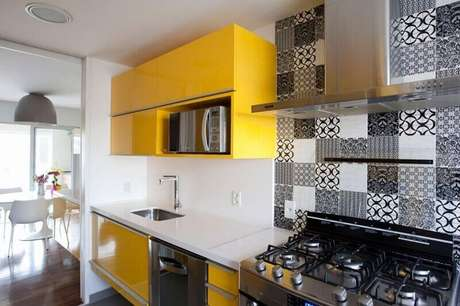 55. A decoração de cozinha pequena também pode ganhar azulejos decorativos e cores fortes