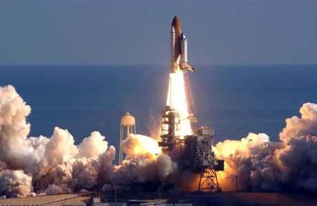 Lançamento do ônibus espacial Columbia para sua última missão antes da explosão na reentrada em 2003.