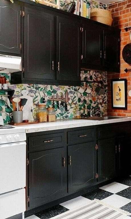 52. Essa cozinha ficou muito divertida com os armários escuros e uma parede com papel de parede e outra com tijolo aparente