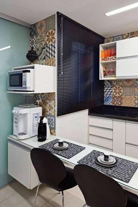 43. Decoração de cozinha pequena com persiana e azulejo decorativo