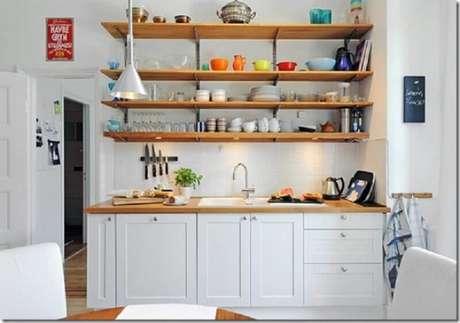 36. Um bom item para ser colocado nas cozinhas pequenas são as prateleiras, elas são praticas e deixam a decoração bem bonita