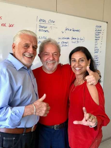 Jaques Wagner (esq.), Lula e a mulher do ex-governador, Teresa (dir.), no dia seguinte à condenação do petista | foto: Ricardo Stuckert / Instituto Lula
