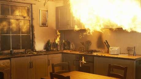 Quando o fogo é apenas em um foco, é possível tentar apagá-lo com extintor ou água ou ainda abafá-lo com um cobertor