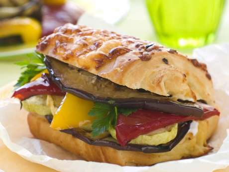 Sanduíche mediterrâneo com legumes