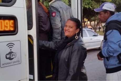 A faxineira Maria Sales trabalha a 34 quilômetros de sua casa