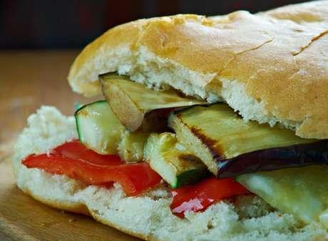 Sanduíche mediterrâneo com berinjela, abobrinha e pimentão