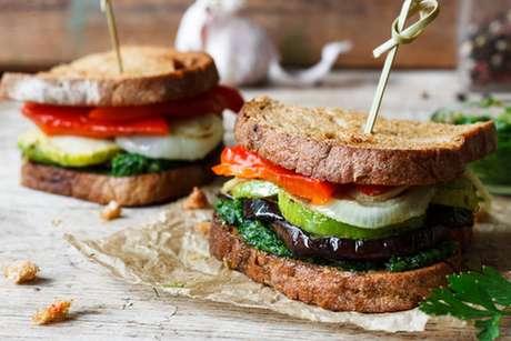 Sanduíche mediterrâneo com pão de forma servido com molho pesto