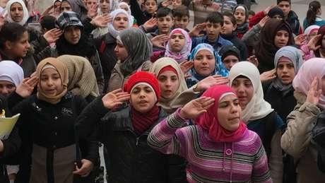 Crianças estão retomando as aulas Aleppo, cantando hinos de apoio a Bashar al-Assad