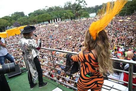 Os cantores Alceu Valença e Elba Ramalho durante desfile do Bloco Bicho Maluco Beleza, no Monumento as Bandeiras, em São Paulo (SP), na tarde deste sábado (3).