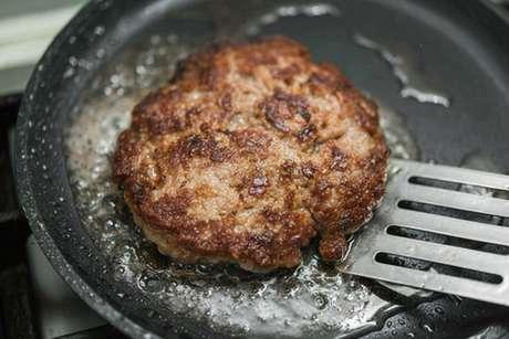 Hambúrguer de costela na frigideira