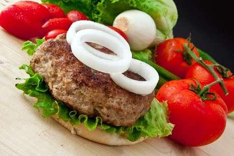Hambúrguer de costela no pão com salada