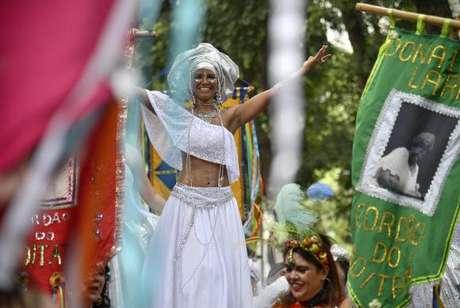 O cortejo pré-carnavalesco do Cordão do Boitatá arrasta milhares de foliões pelas ruas do centro do Rio