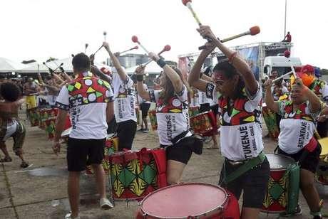Brasília - Bloco carnavalesco Encosta que Cresce reúne foliões em frente ao Estádio Mané Garrincha (Antonio Cruz/Agência Brasil)