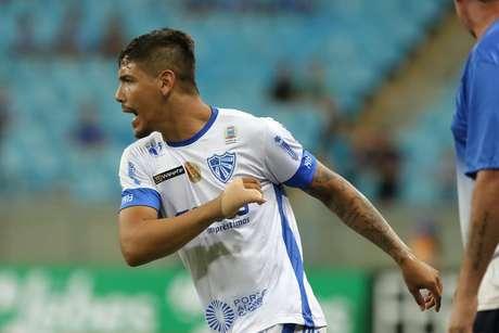 Kayron, jogador do Cruzeiro-RS, comemora seu gol durante partida contra o Grêmio, válida pela 5ª rodada do Campeonato Gaúcho 2018.