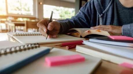 Pais defendem que crianças educadas em casa ganham mais autonomia e pensamento crítico por não passaram por processo 'massificado' de educação