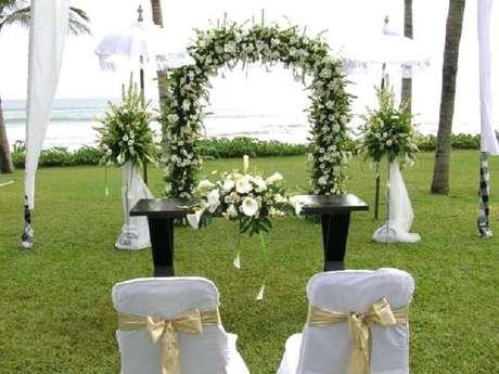 59. O arco de flores também pode ficar no altar, trazendo mais romantismo ao casamento