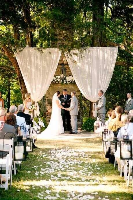 55. A decoração rústica é perfeita para casamentos ao ar livre