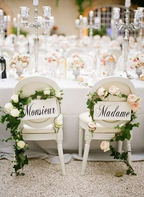 57. Mais um modelo para você se inspirar a decorar as cadeiras do noivos
