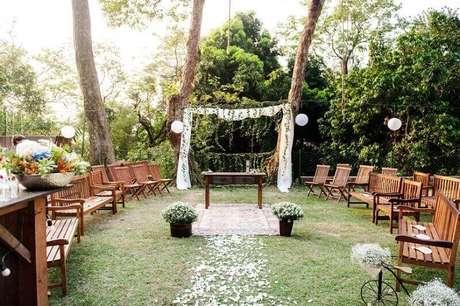 43. A decoração rústica para casamento ao ar livre, fica muito bonita