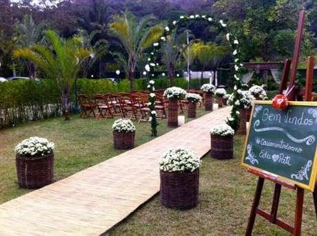 58. O cesto de flores deixou a decoração de casamento ao ar livre mais bonita