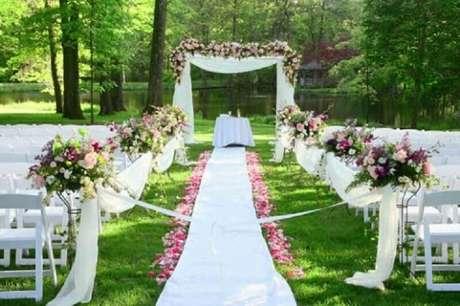 1. Na decoração de casamento ao ar livre invista em cores fortes como.