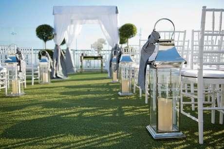56. Para casamentos ao ar livre que vão se estender para o período das noite, opte por usar luminárias na decoração .