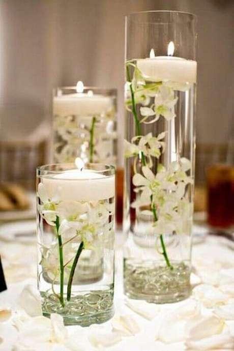 61. Uma delicada e linda decoração de casamento com flores e velas