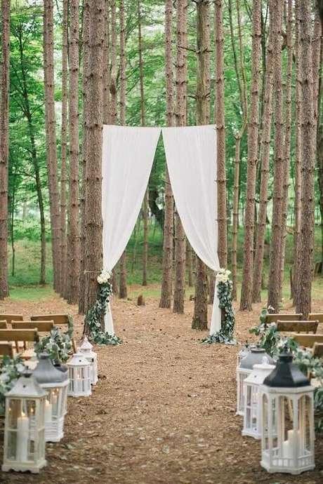 33. As árvores de fundo deixaram a decoração de casamento rústico muito mais bonita.