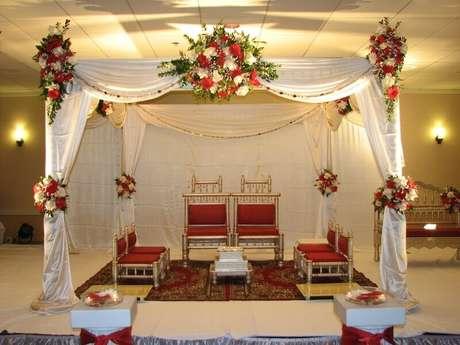 17. As cadeiras vermelhas com as flores vermelhas acresceram um toque de cor decoração de casamento em casa