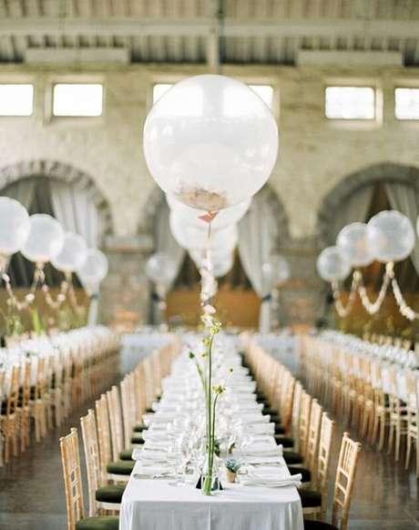 36. Decoração de casamento simples com balões